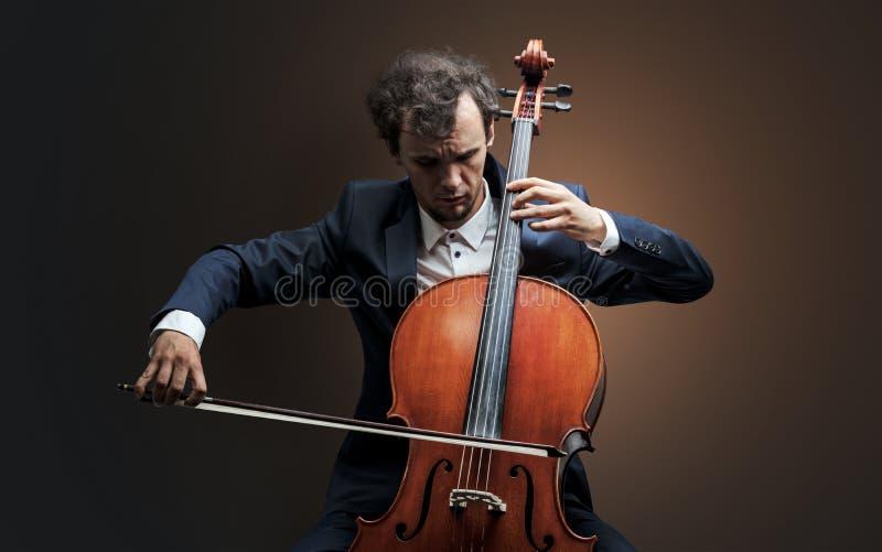 Cellist som spelar på instrumentet med inlevelse royaltyfria foton