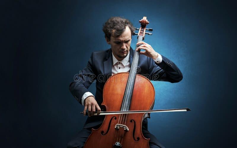 Cellist som spelar på instrumentet med inlevelse arkivbilder