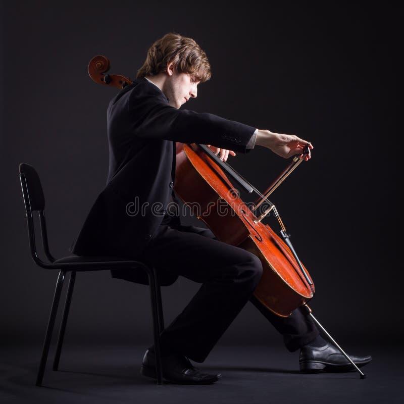 Cellist som spelar på violoncellen royaltyfri bild