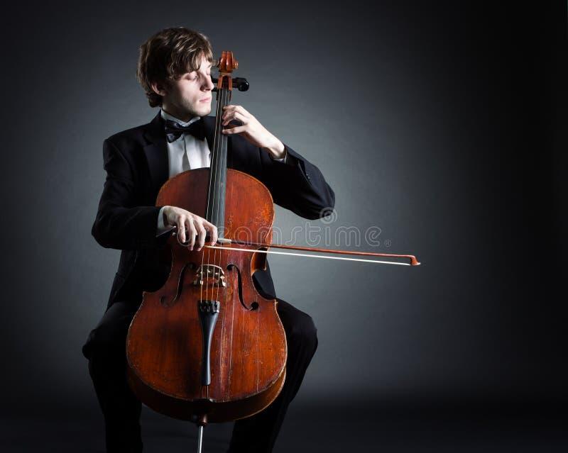 Cellist som spelar på violoncellen royaltyfria bilder