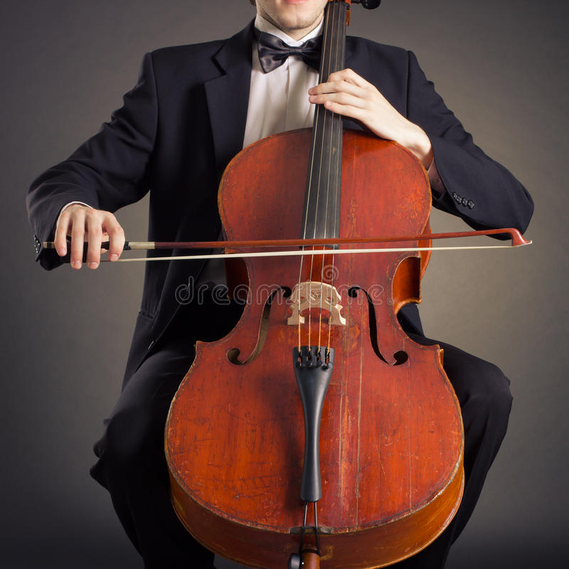 Cellist som spelar på violoncellen fotografering för bildbyråer