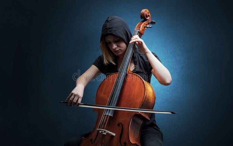 Cellist som spelar p? instrumentet med inlevelse royaltyfria foton
