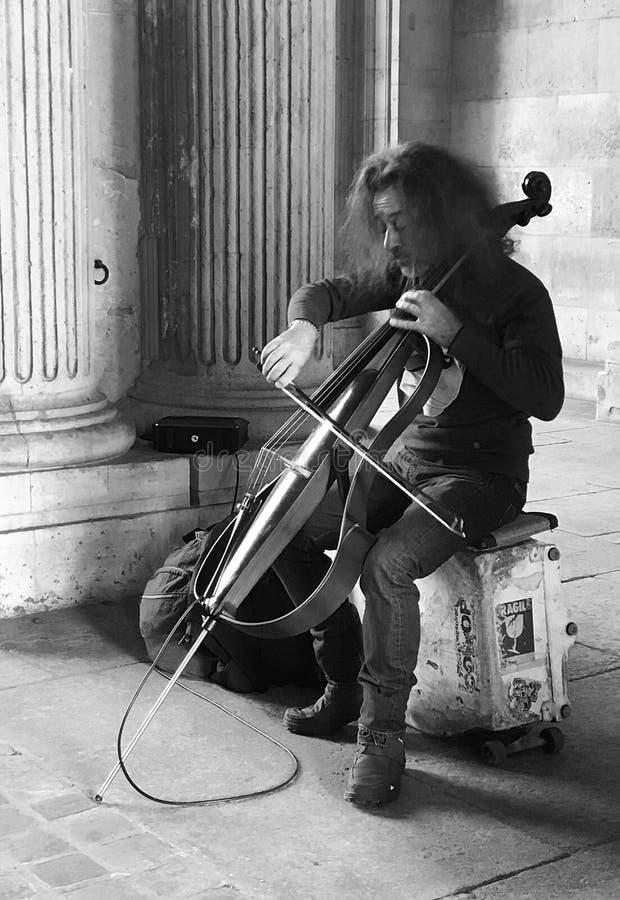 Cellist som utför med den elektriska violoncellen, nära Louvre, Paris, Frankrike royaltyfri foto