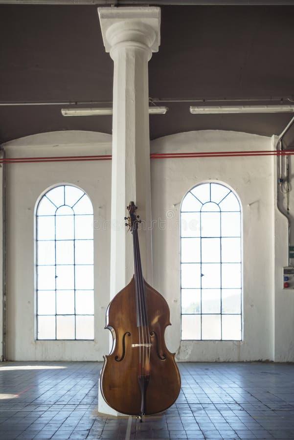 Cello in een ampty uitstekende Plaats royalty-vrije stock foto