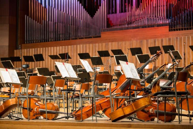 Cellos, die auf dem Boden liegen lizenzfreie stockfotos