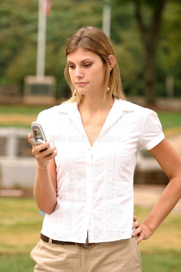 celltelefon genom att använda kvinnabarn royaltyfri foto