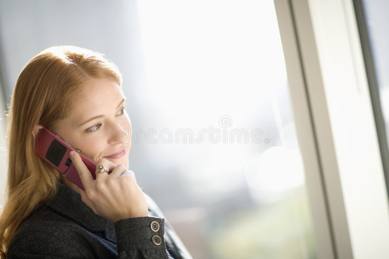 celltelefon genom att använda kvinnan arkivfoton