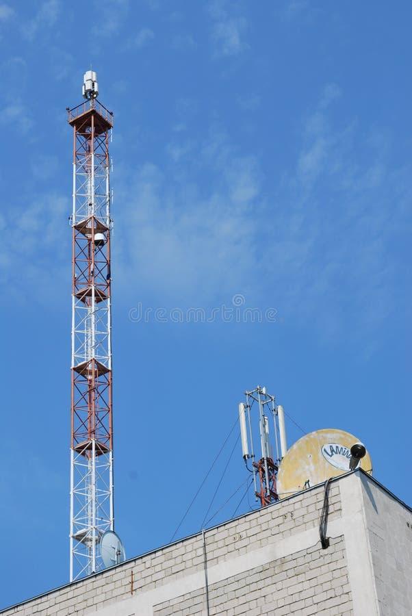 Cellula di GSM sulla torre del metallo immagini stock