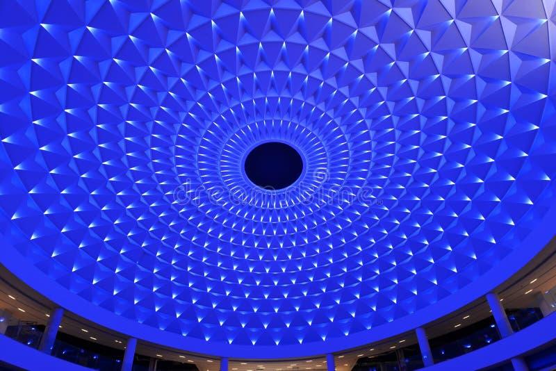 cellulair die plafond omhoog door blauwe geleide verlichting wordt aangestoken royalty-vrije stock afbeelding