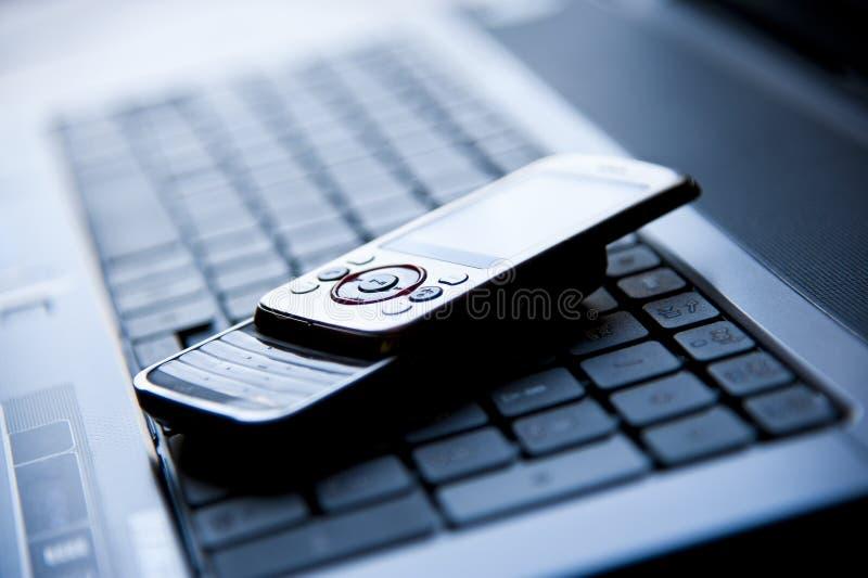 Cellulair op laptop royalty-vrije stock foto's