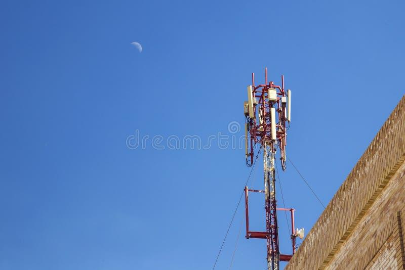 Cellulaire antenne Mededeling over een bovenkant van het de bouwdak stock afbeelding
