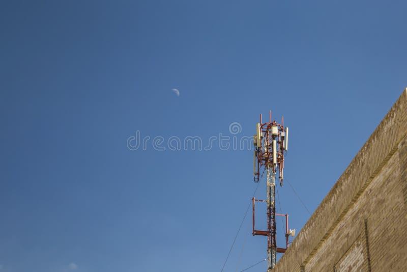 Cellulaire antenne Mededeling over een bovenkant van het de bouwdak royalty-vrije stock afbeelding