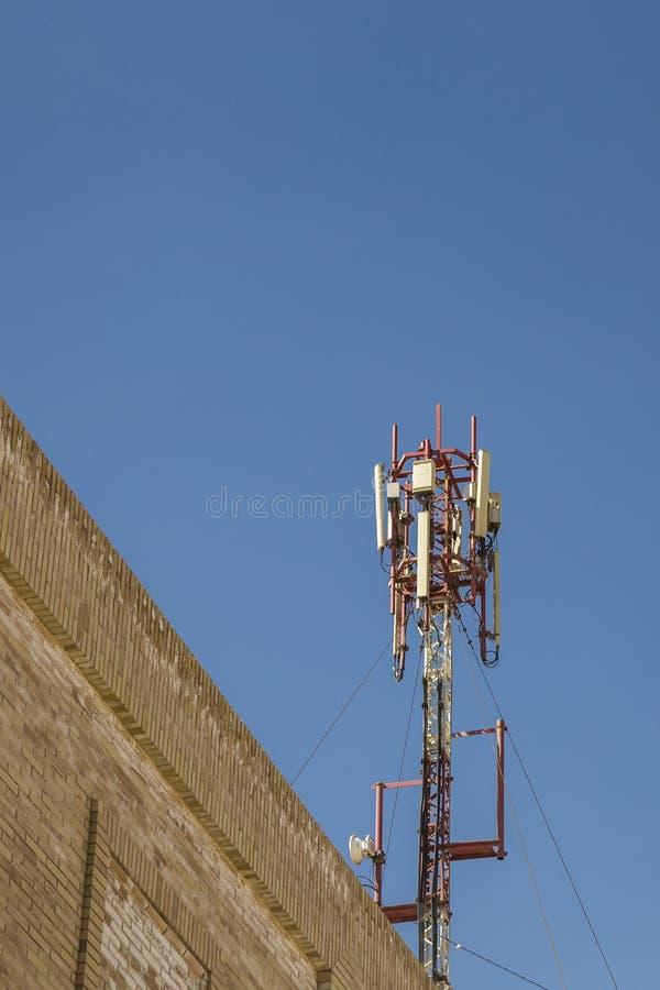 Cellulaire antenne Mededeling over een bovenkant van het de bouwdak royalty-vrije stock foto