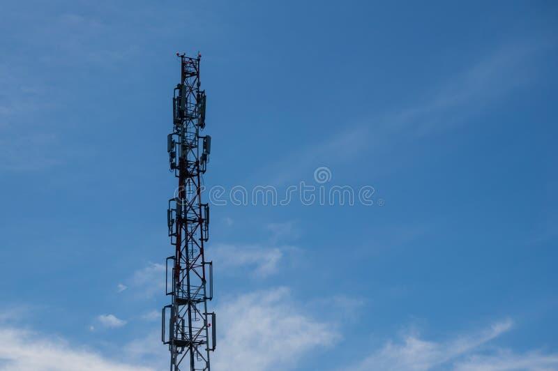 Cellulaire communicatie toren - een systeem complex van zendontvangermateriaal dat de gecentraliseerde dienst aan een groep verle stock foto