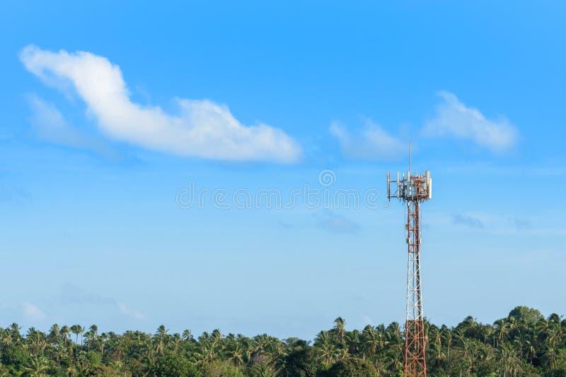 Cellulaire mobiele antenne op telecommunicatietoren in tropische klimaatatmosfeer, exemplaarruimte op blauwe hemelachtergrond stock afbeelding