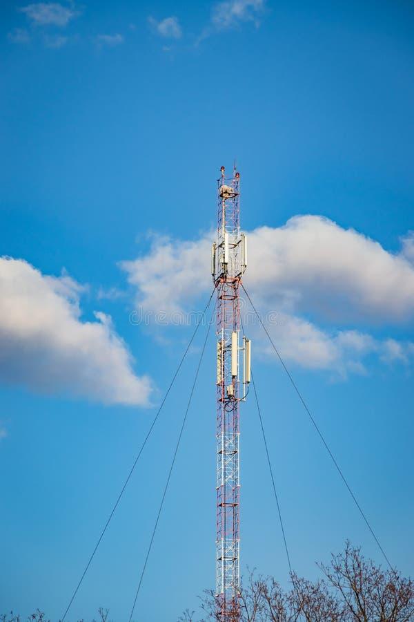 Cellulaire repeater, mast voor het uitzenden van draadloze communicatie en Internet stock afbeelding