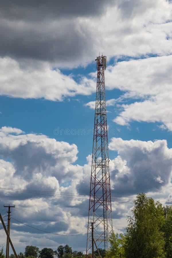Cellulaire repeater, mast voor het uitzenden van draadloze communicatie en Internet stock afbeeldingen