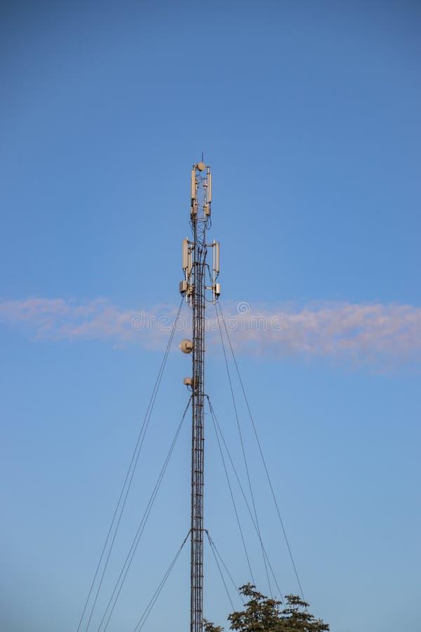 Cellulaire repeater, mast voor het uitzenden van draadloze communicatie en Internet royalty-vrije stock foto