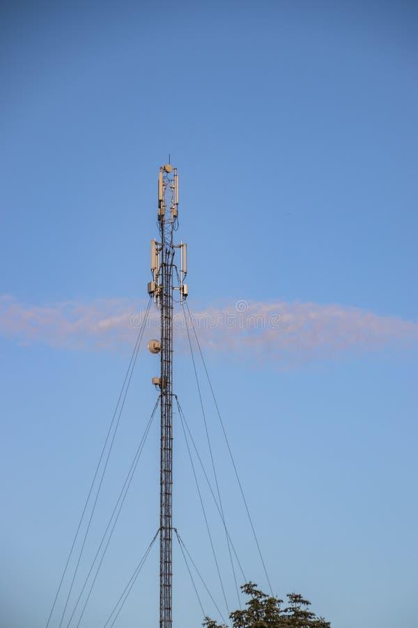 Cellulaire repeater, mast voor het uitzenden van draadloze communicatie en Internet royalty-vrije stock fotografie