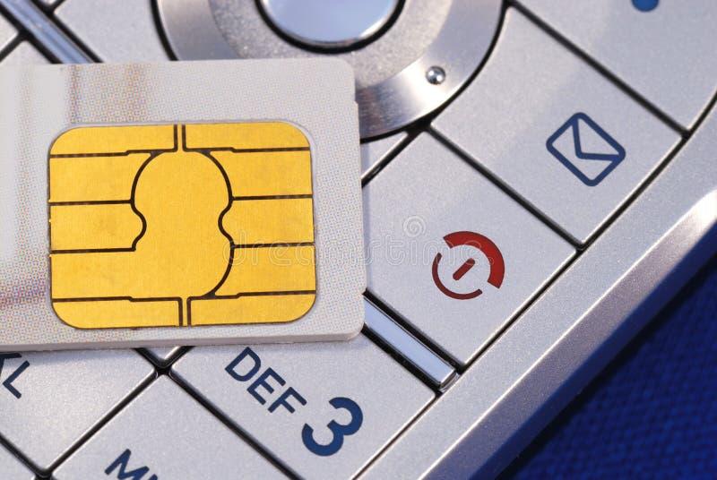 Cellulaire telefoon met een kaart SIM die op blauw wordt geïsoleerdn royalty-vrije stock foto's