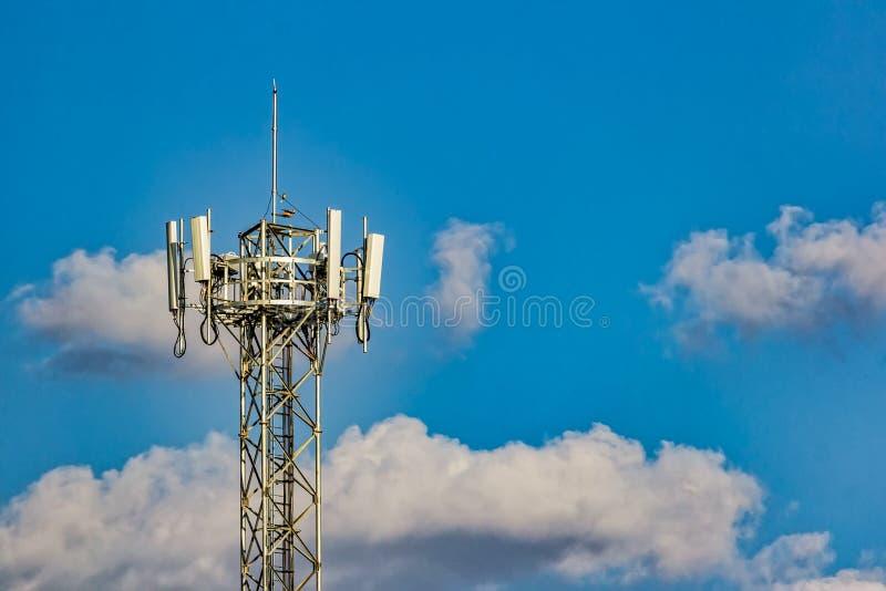 Cellulaire telefoonantenne met blauwe hemel met wolken op de achtergrond royalty-vrije stock foto's