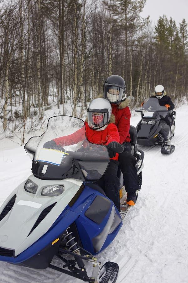 Cellulare in carico della neve della famiglia in Ruka della Lapponia fotografie stock