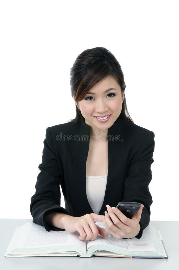 Cellulare giovane bello della holding della donna di affari immagine stock libera da diritti