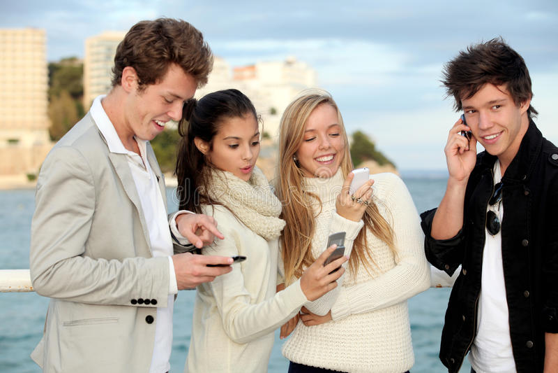 Cellulare o telefoni cellulari di anni dell'adolescenza immagine stock libera da diritti