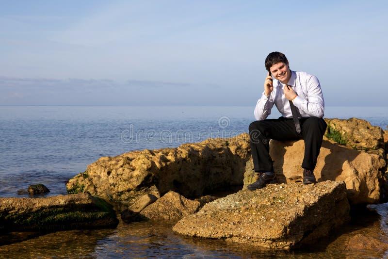 Cellulare parlante dell'uomo d'affari fotografia stock