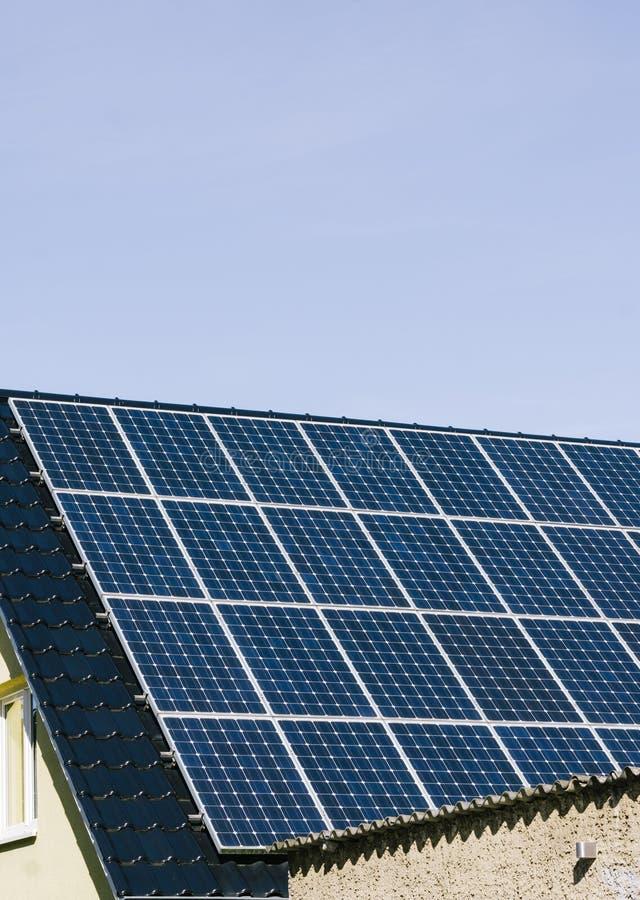Cellule di produzione di elettricità fotovoltaica solare a casa fotografia stock libera da diritti