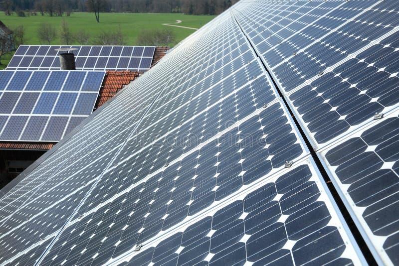 Cellule fotovoltaiche con sfondo naturale fotografia stock