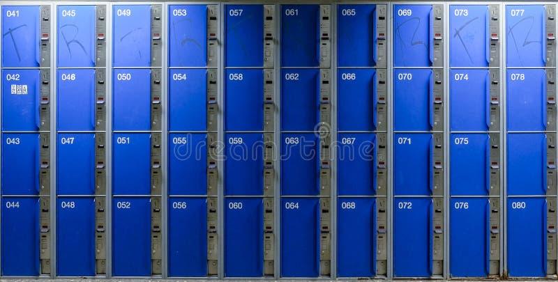 Cellules dans un entreposage en bleu bagage de couleur avec les cl?s et une porte ouverte image libre de droits