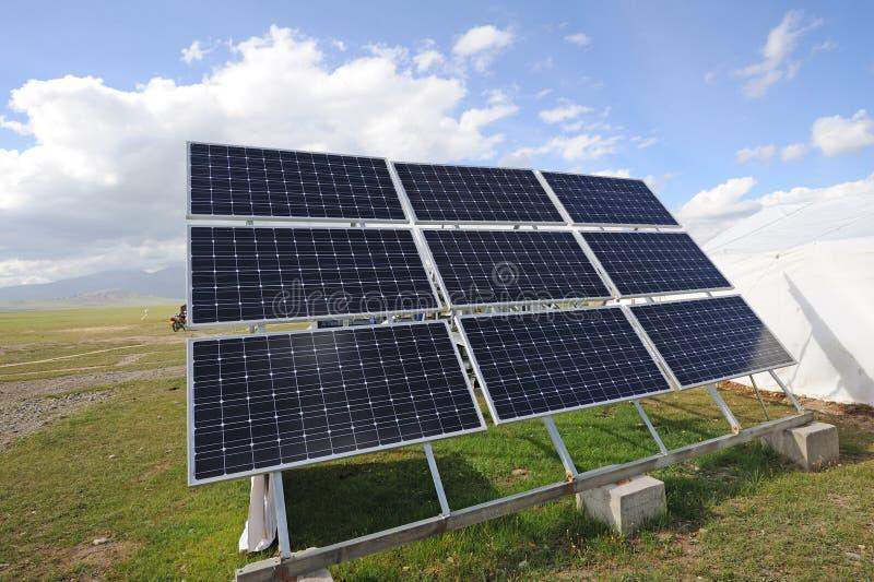 Cellules de panneaux solaires avec les nuages blancs image libre de droits