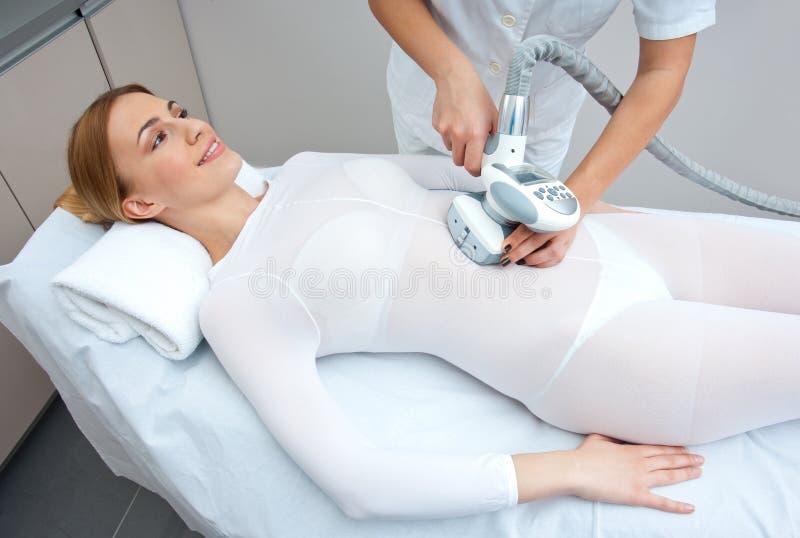 Cellulitebehandlingterapi royaltyfri bild