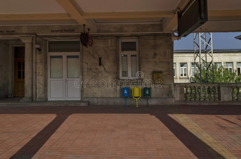 Celniczy i paszportowy egzamin w platformie stacja kolejowa zdjęcie royalty free