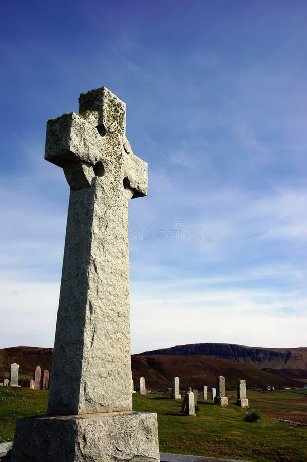 Celtycki krzyż w cmentarzu przeciw niebieskim niebom obrazy stock