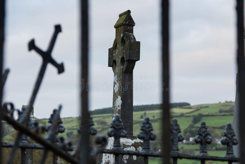Celtycki wysokość krzyż w cmentarzu, Irlandia, Północny Europa obrazy royalty free