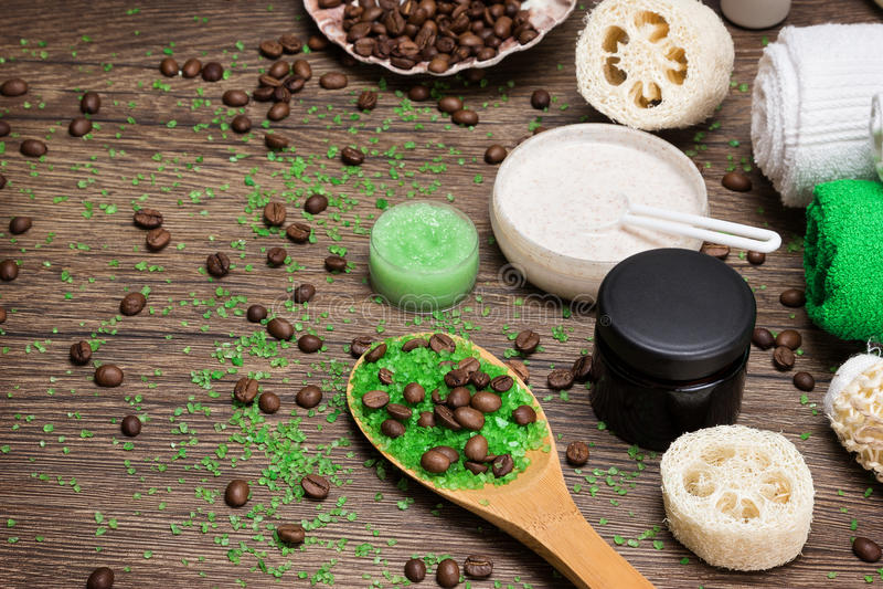 Celulitisów kosmetyki z kofeiną na drewnianej powierzchni fotografia royalty free