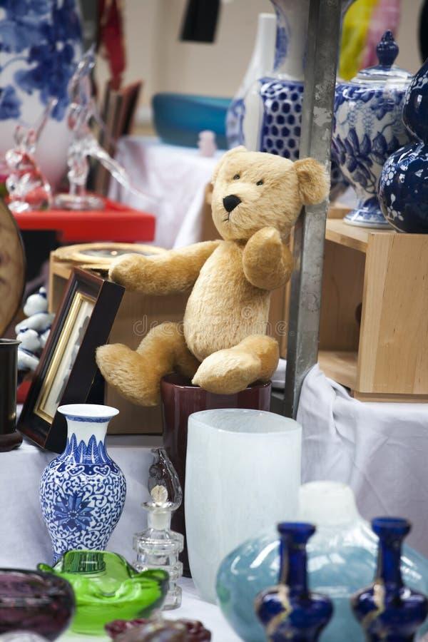 Cem anos de urso de peluche triste velho na feira da ladra foto de stock royalty free