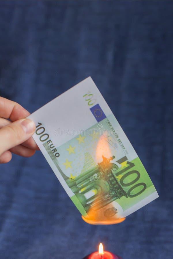 Cem euro que queimam-se, dinheiro falsificado fotografia de stock royalty free