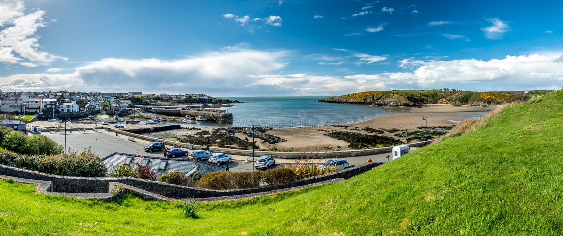 Cemaes, Wales - 26. April 2018: Cemaes wird als Bereich der hervorragenden Naturschönheit aber mit einer Kernkraft erklärt lizenzfreie stockfotografie