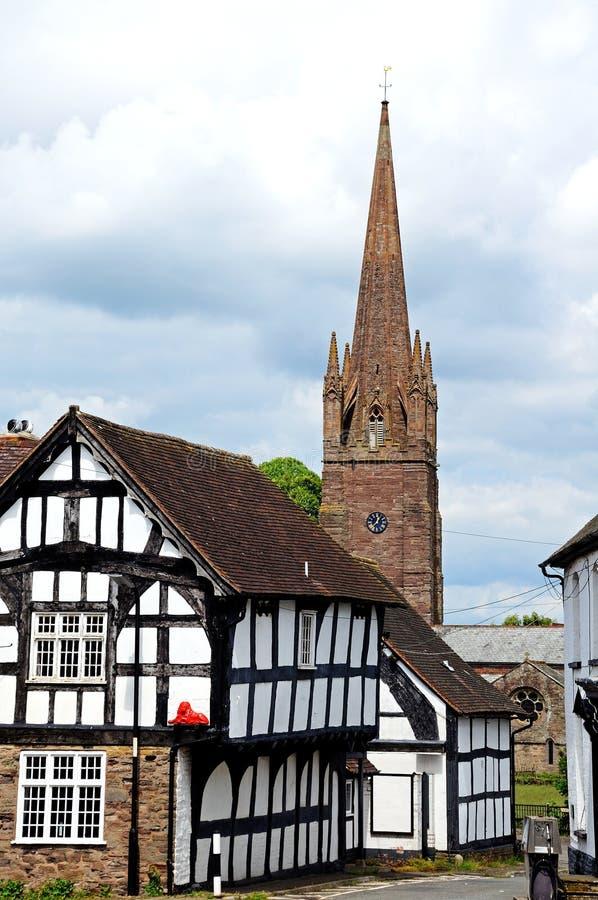 Cembrujący budynki i kościelna iglica, Weobley fotografia royalty free
