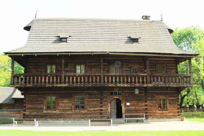 Cembrujący dom z ganeczkiem fotografia stock