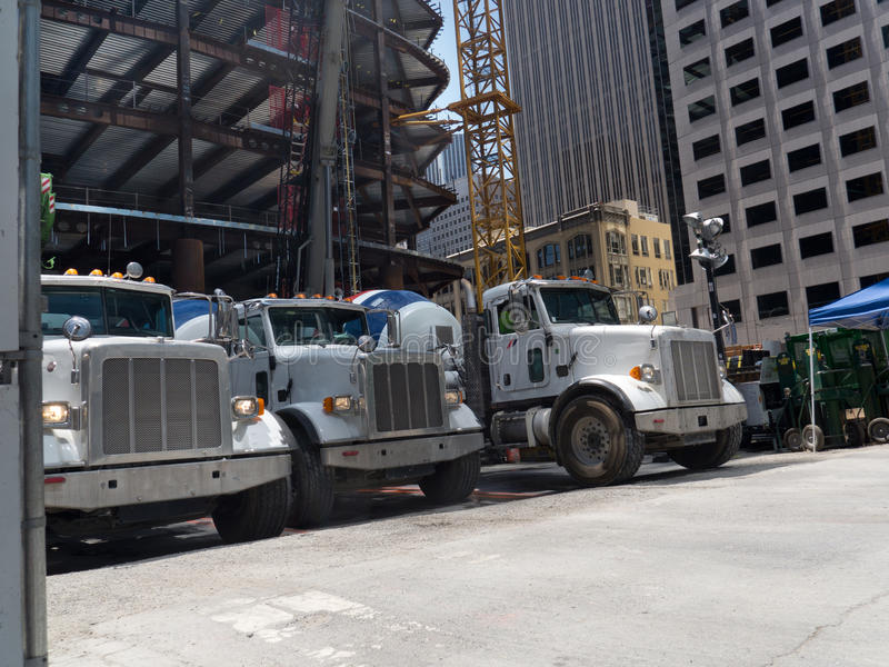 Cement åker lastbil i linjen urladdning royaltyfria bilder