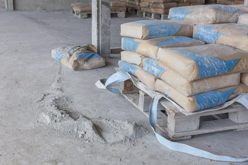 Cement jest proszka ziemią od łamanych toreb fotografia stock