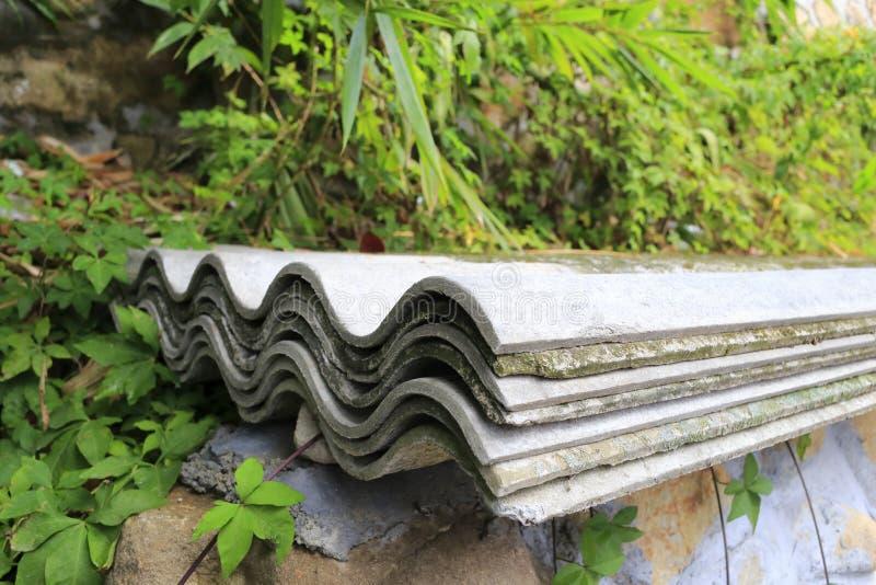 Cement korrugerad tegelplatta arkivbilder
