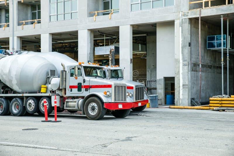 Cement przewozi samochodem przy budową obrazy royalty free