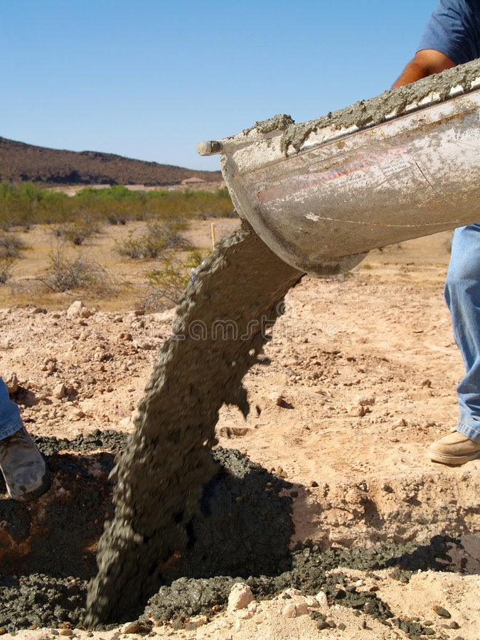Cemente el cemento de colada del carro en el agujero - vertical fotos de archivo libres de regalías