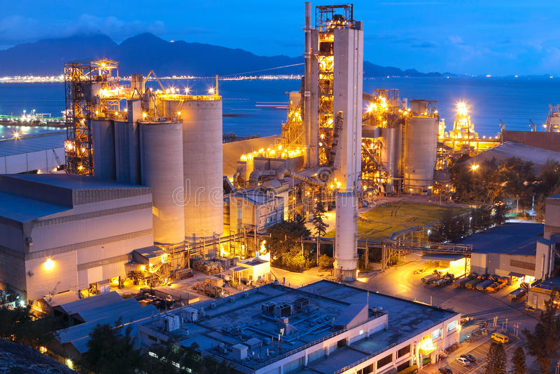Cemente la fábrica de la planta, del hormigón o del cemento, la industria pesada o el const imagen de archivo