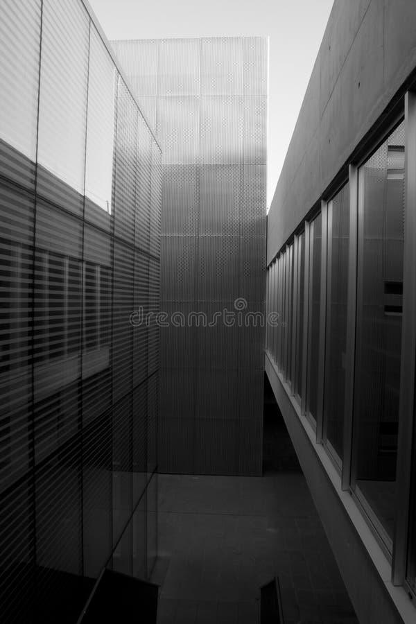 Cementera betong- och metallstrukturen i arkivbyggnad arkivfoton